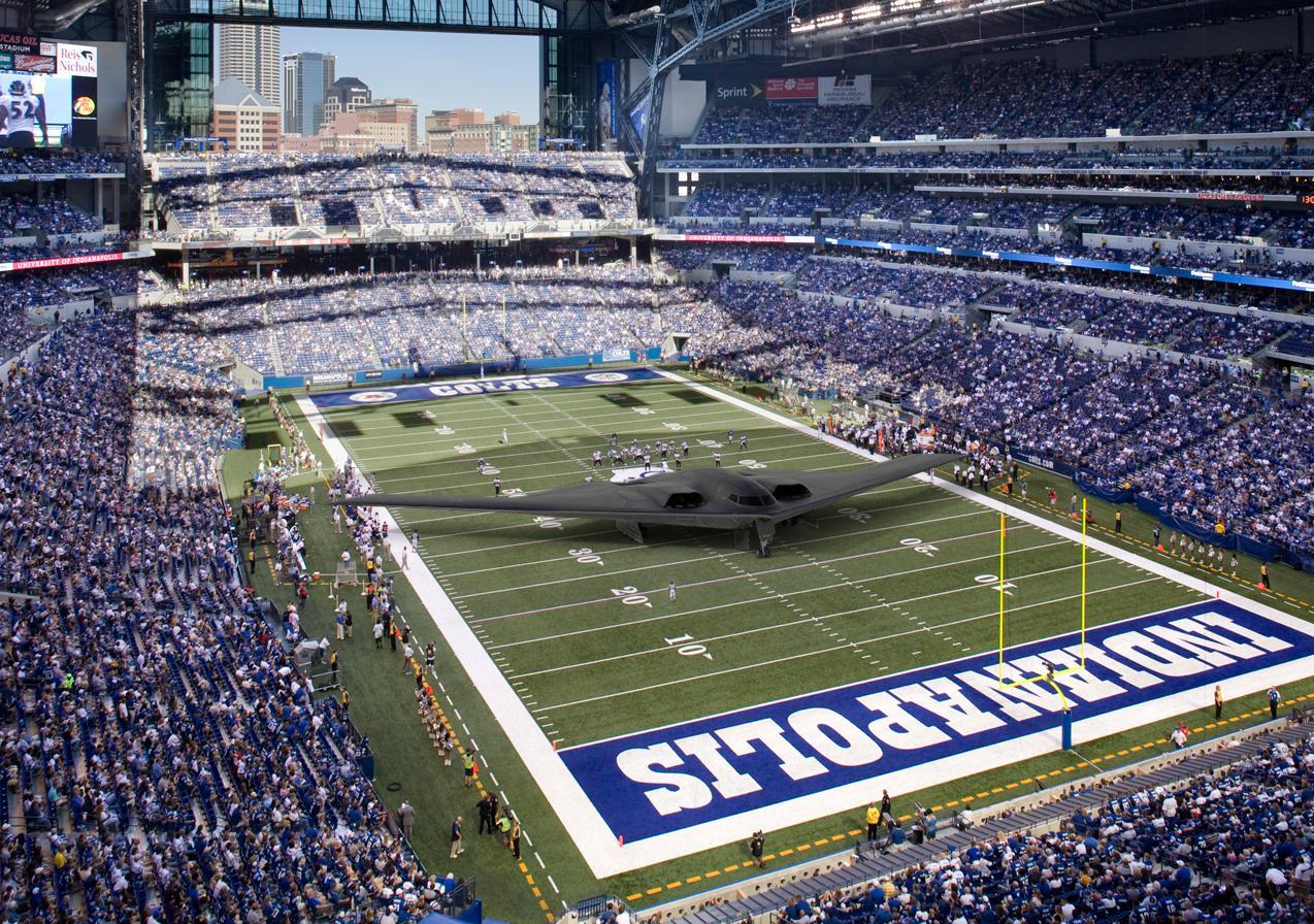 Un bombardero B-2 (52,4 m de envergadura) en el estadio del equipo de la NFL Indianapolis Colts