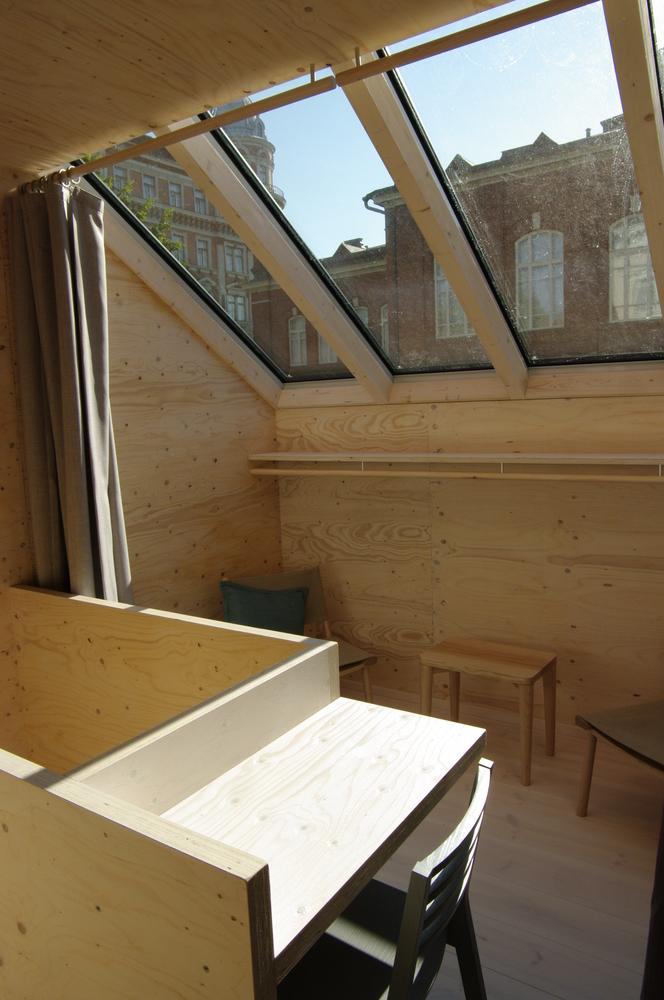 Interior de la casa con ventanas generosas para que entre la luz del sol