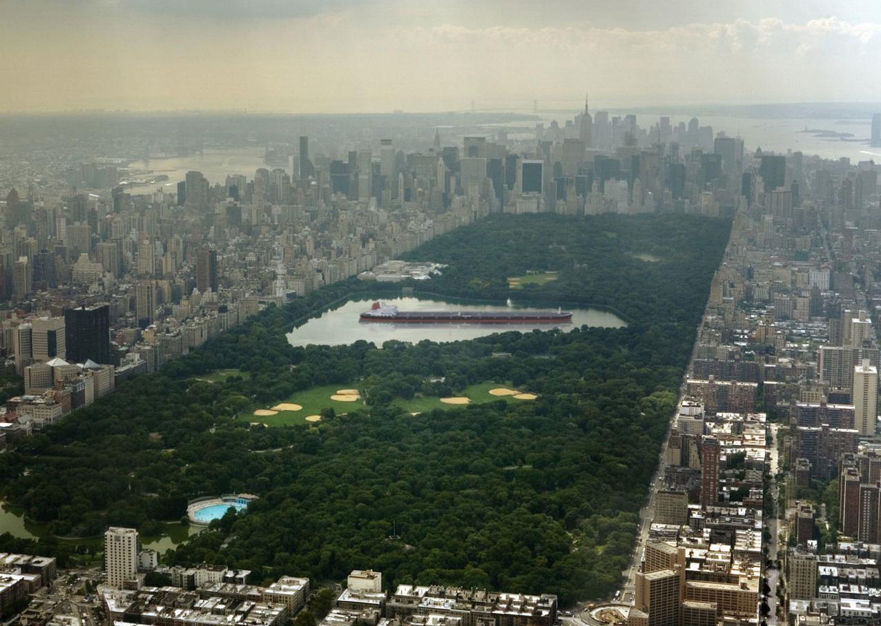 El superpetrolero Seawise Giant (458 m de eslora) en el lago del neoyorquino Central Park (565 m en su parte más ancha)
