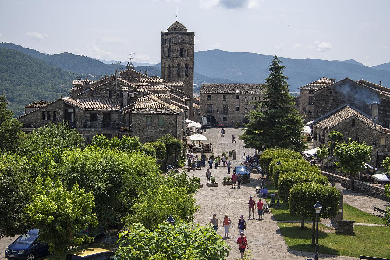 Plaza Mayor de Aínsa / Wikimedia commons