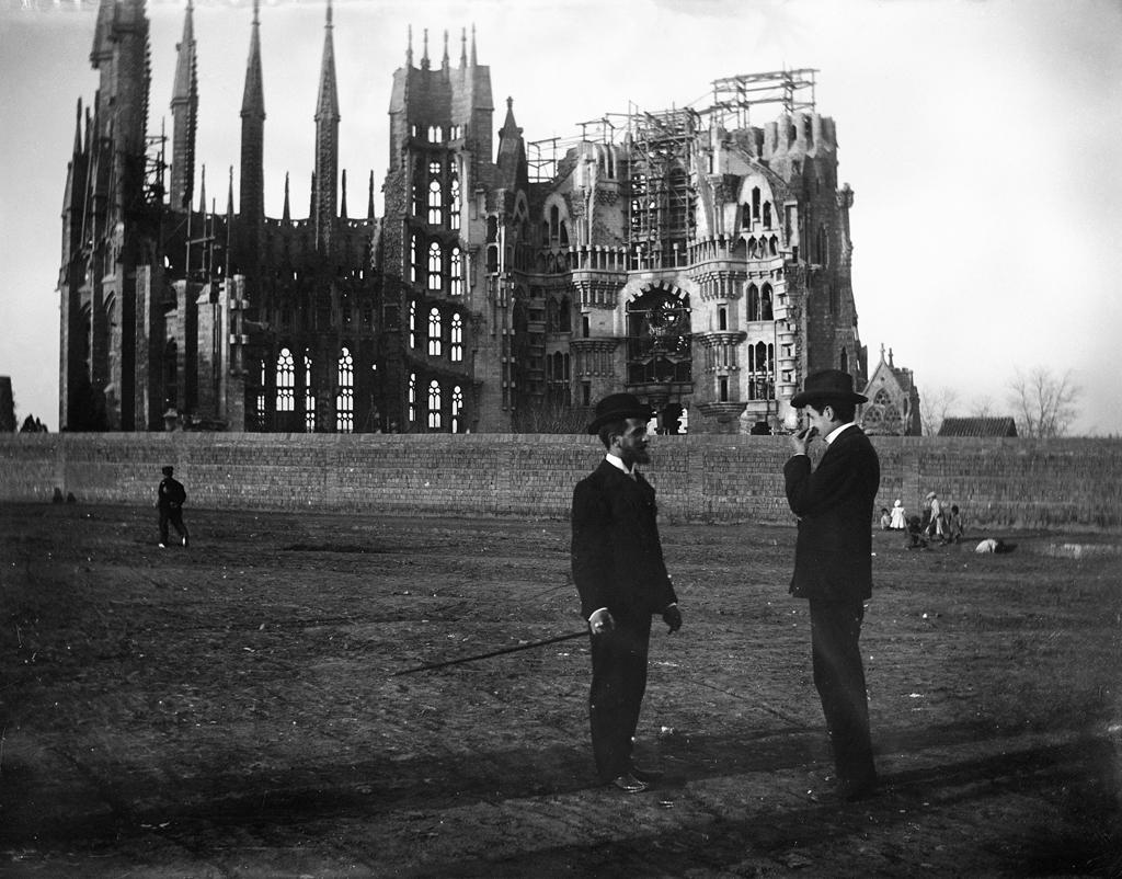 La Sagrada Familia en 1905, por Baldomer Gili Roig. Fuente: Wikipedia / Wikimedia commons