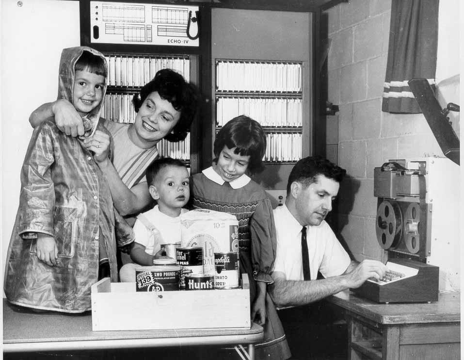 Jim Sutherland y su familia junto a su ordenador doméstico.