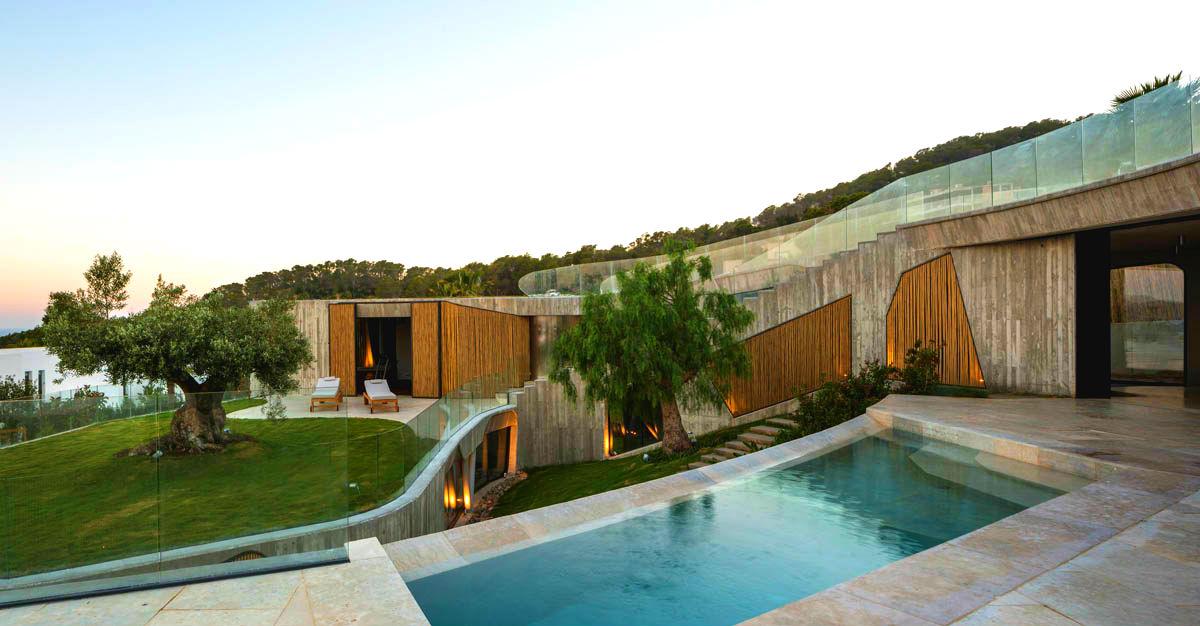 El brutalismo del hormigón y la delicadeza del bambú mezclados en una sorprendente villa de Ibiza