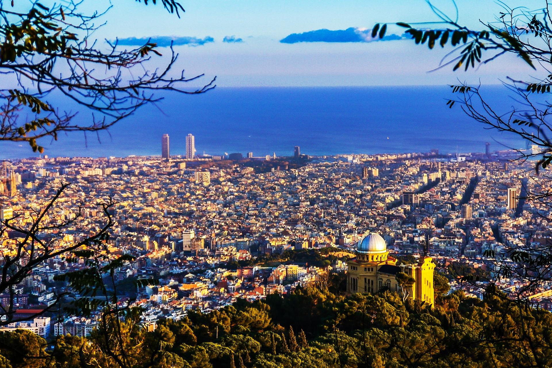 Vistas de Barcelona y el mar, desde el Tibidabo. Fuente: Barnes International