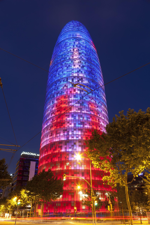 la Torre Agbar iluminada.