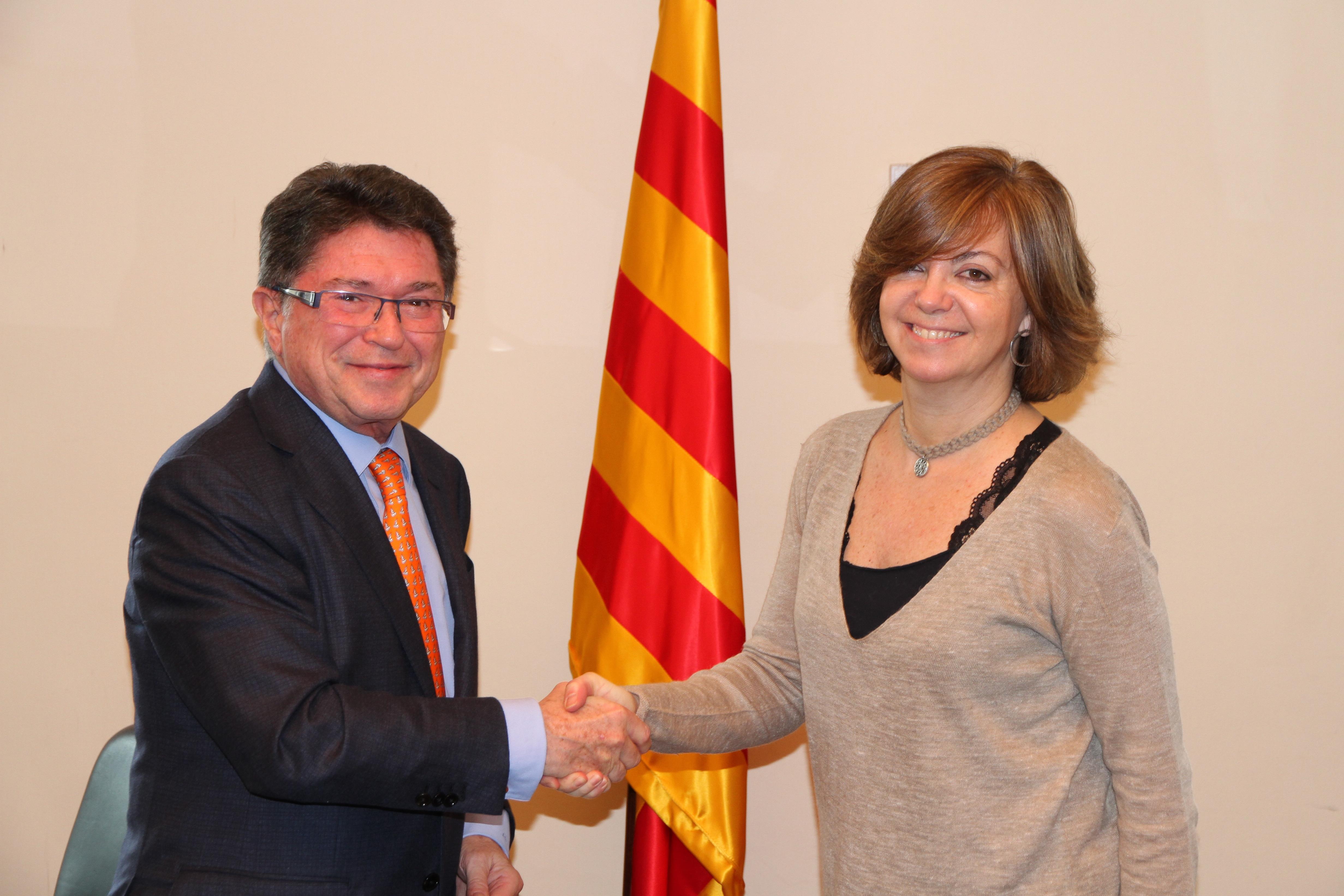 Jaume Cabré, vicepresidente primero de CriteriaCaixa, y Meritxell Borràs, consellera de Vivienda. Fuente:Generalitat de Cataluña