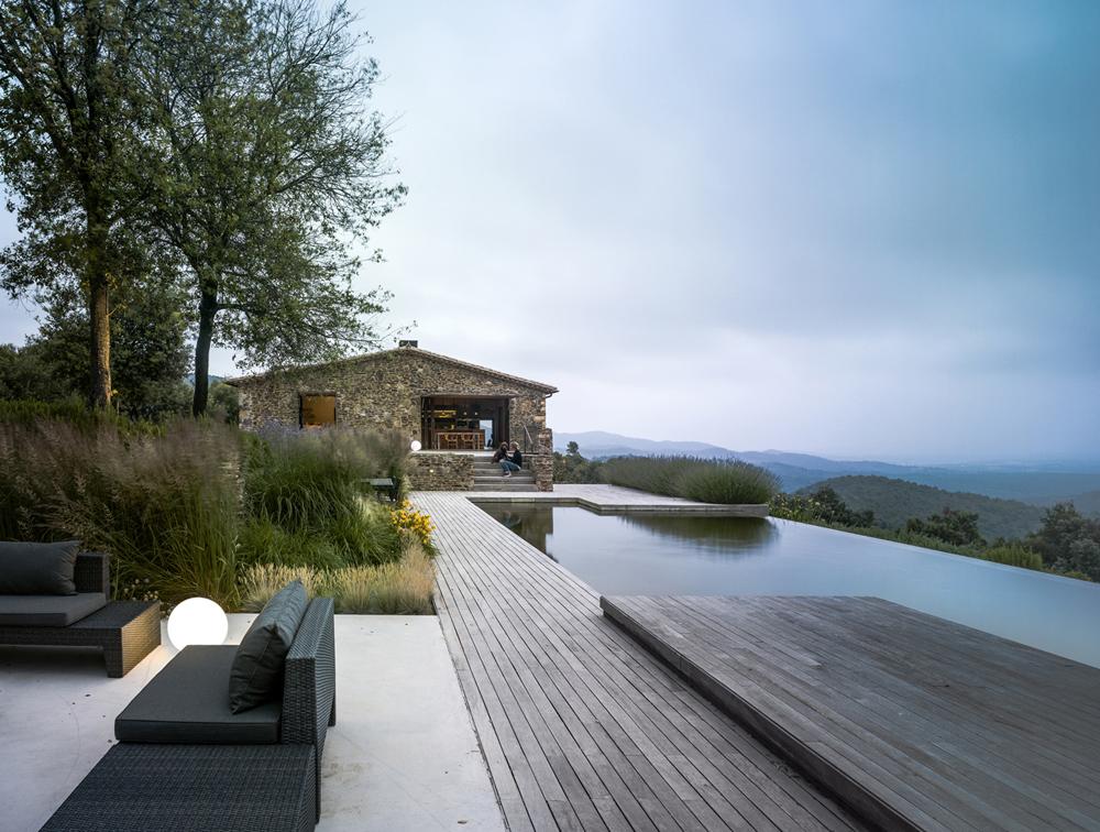 Integrado en el paisaje, este exterior en la costa de Barcelona es puro buen gusto. La piscina es ecológica. ZEST arquitecture / ZEST Architecture