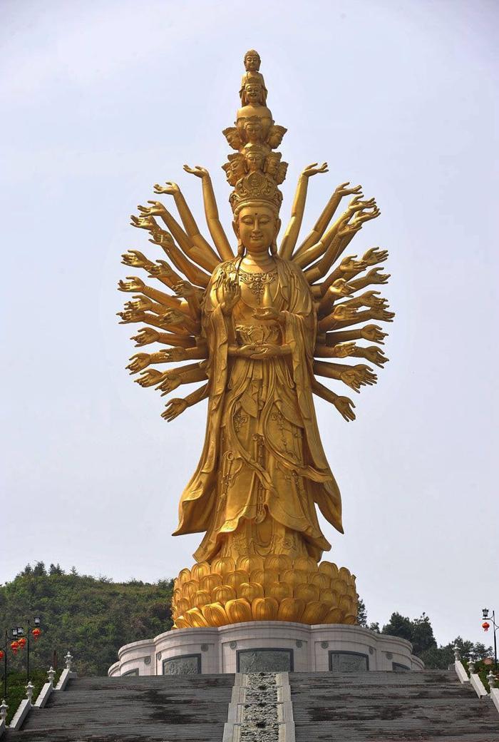 Qianshou Qianyan Guanyin (99 metros), en Weishan (China)