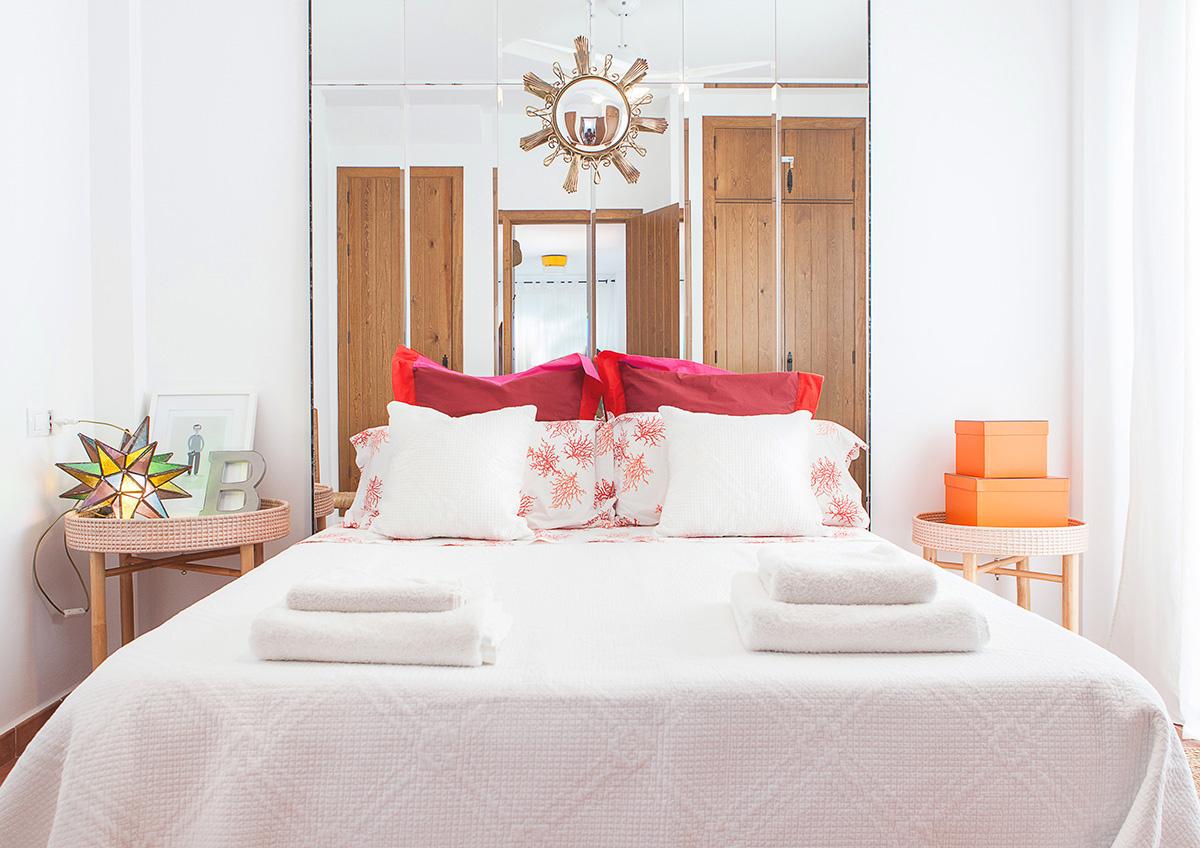 1. Un espejo en la cabecera de la cama
