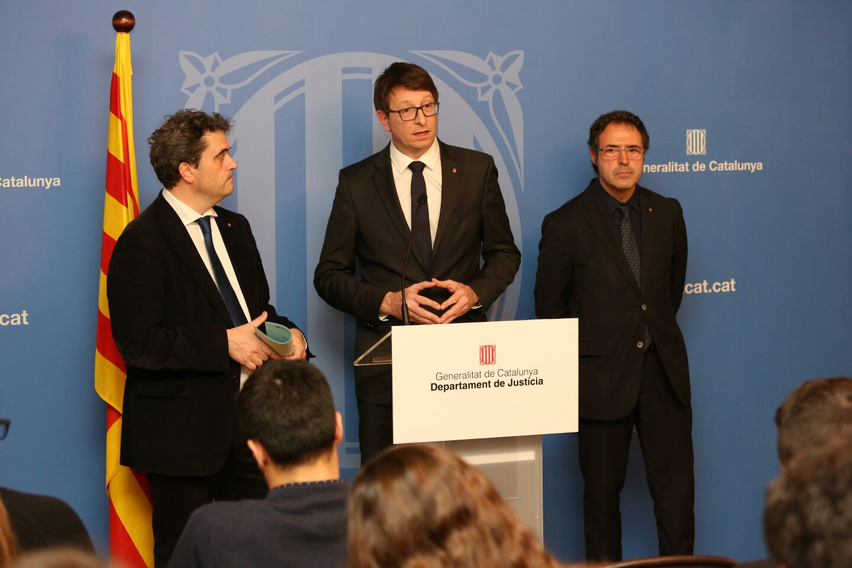 El conseller Mundó, con el secretario general del departamento y el director general de Servicios Penitenciarios. / Generalitat de Catalunya