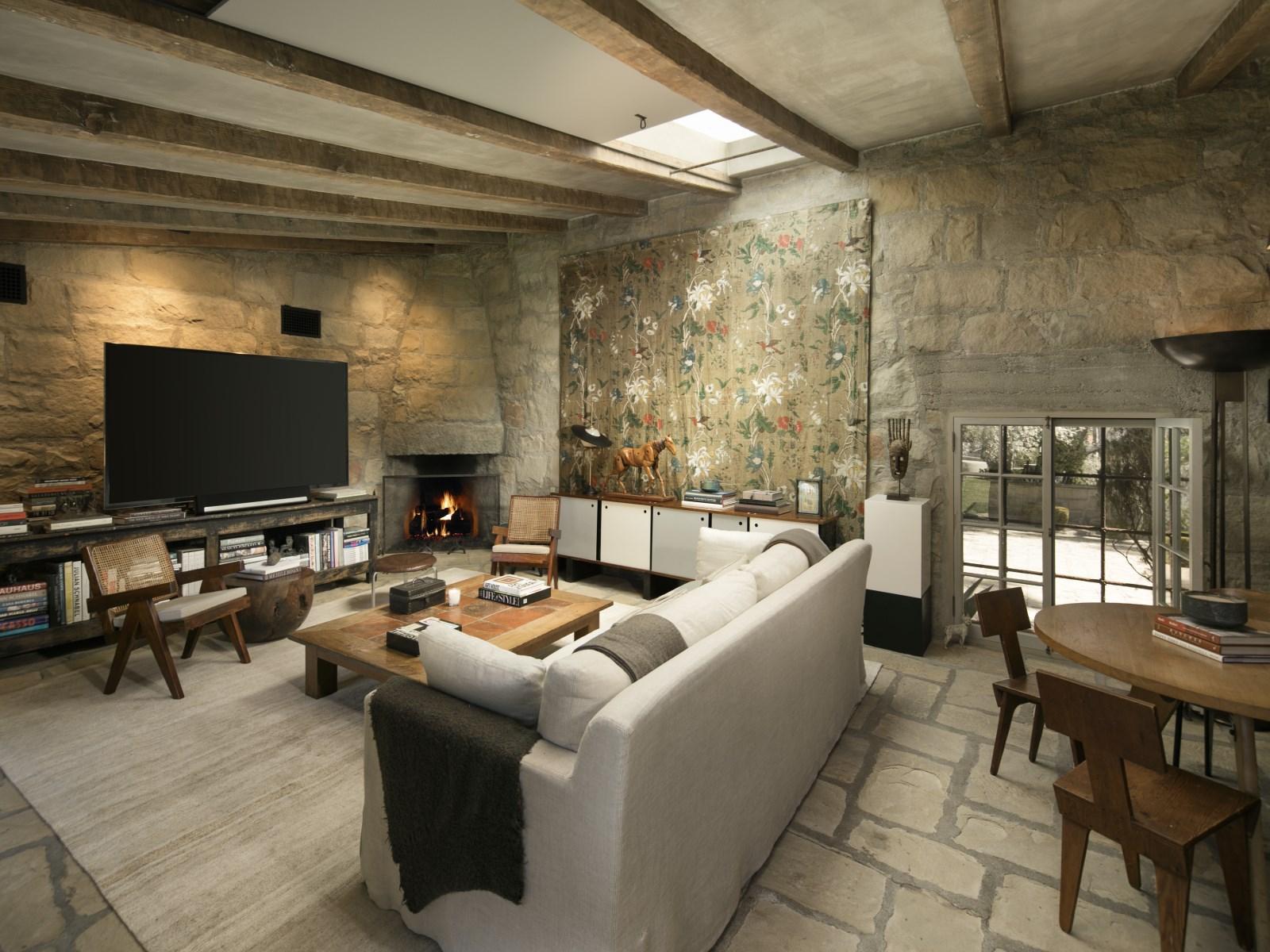 La vivienda principal cuenta con 975 m2 repartidos en dos niveles