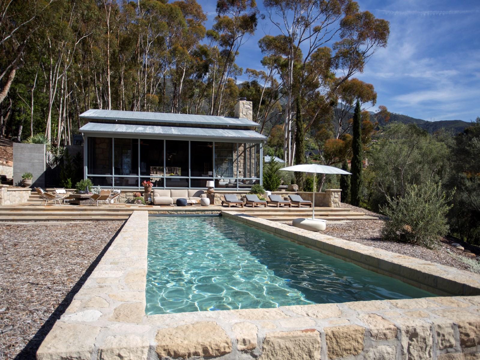 La villa cuenta con varias bibliotecas, una sala multimedia y una cocina gourmet