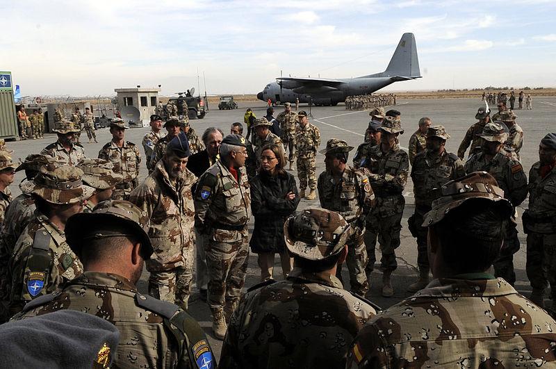Carme Chacón llegando al campamento Arena, en el oeste de Afganistán. / Wikimedia commons