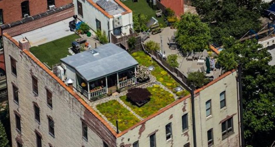 Una casa con huerto sobre un tejado de Manhattan