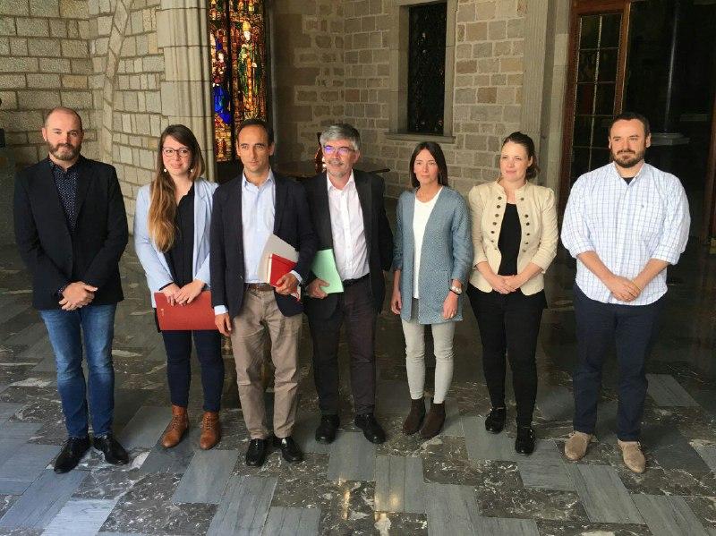 La teniente alcalde Janet Sanz y el regidor de Empresa y Turismo, Agustí Colom, con los representantes de las plataformas / Ajuntament de Barcelona