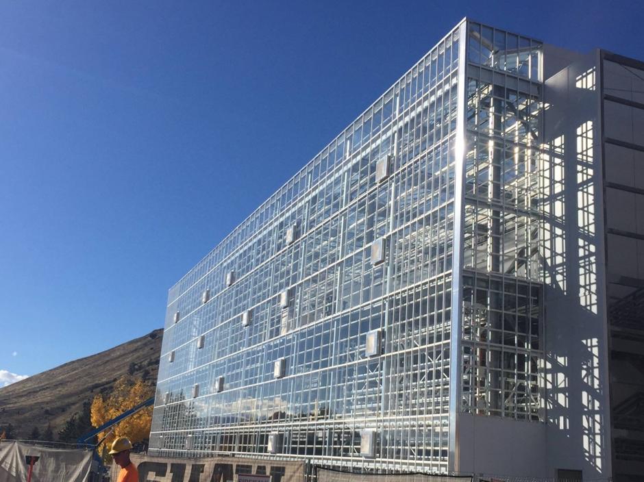 Un invernadero que se fusiona con el edificio