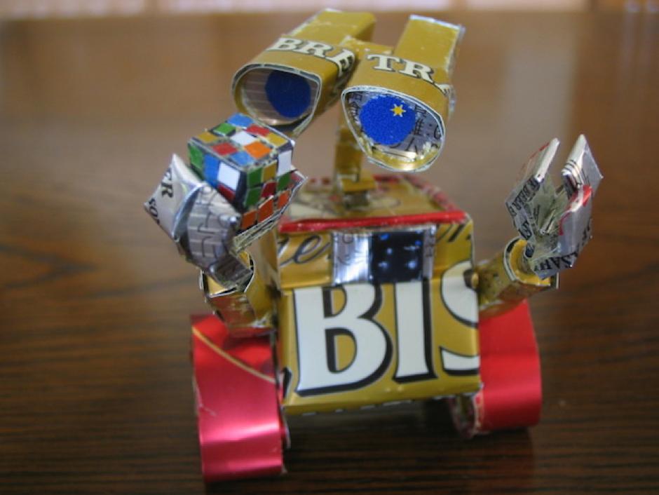 Wall-E con latas de cerveza