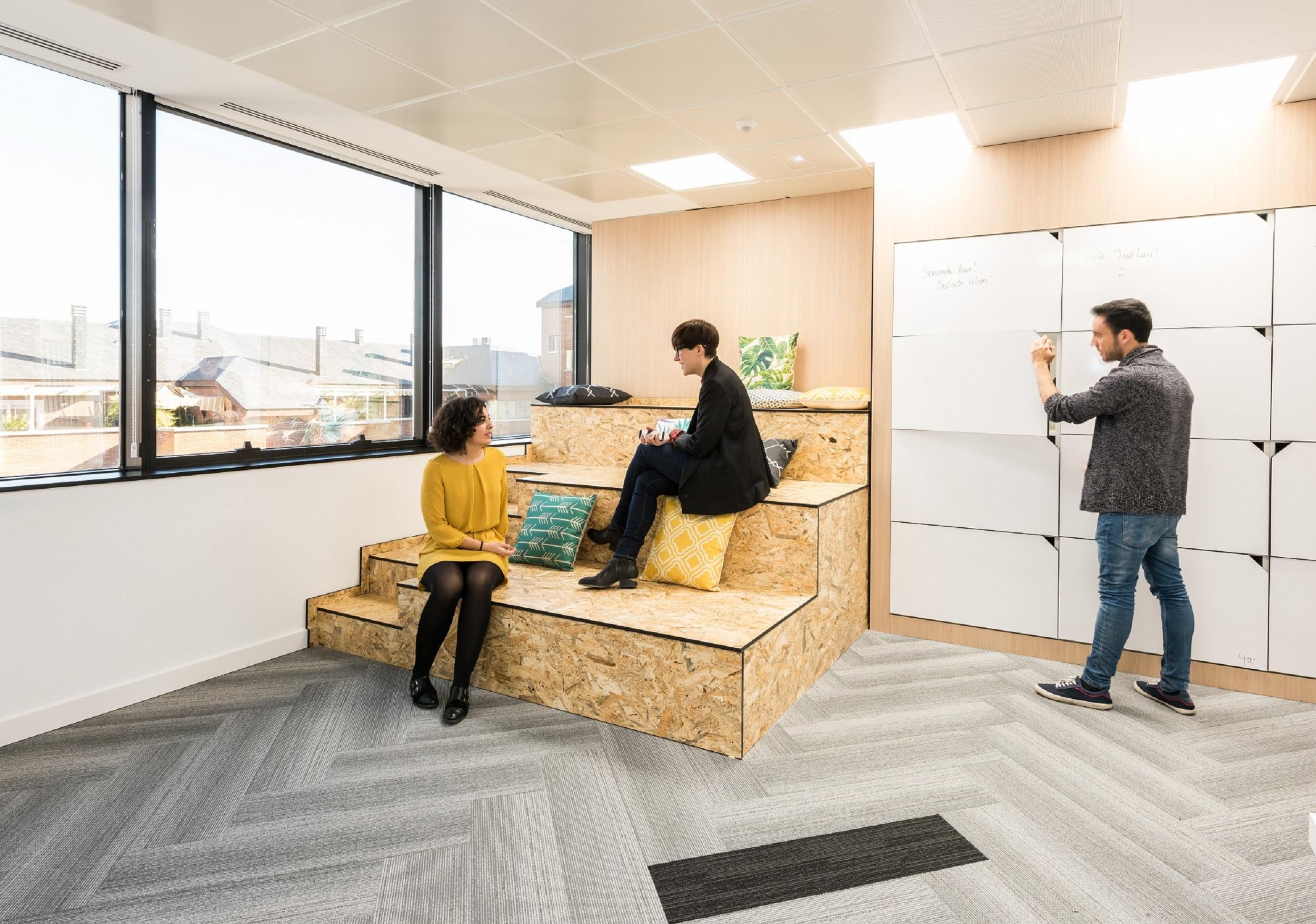 wizink un banco con una divertida oficina al estilo
