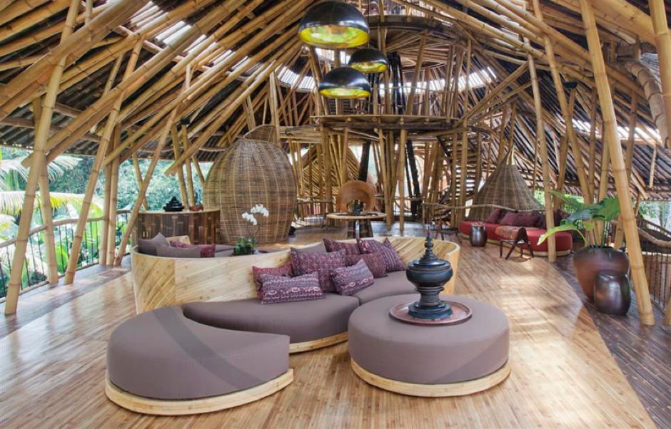 El pueblo verde con casas de bambú