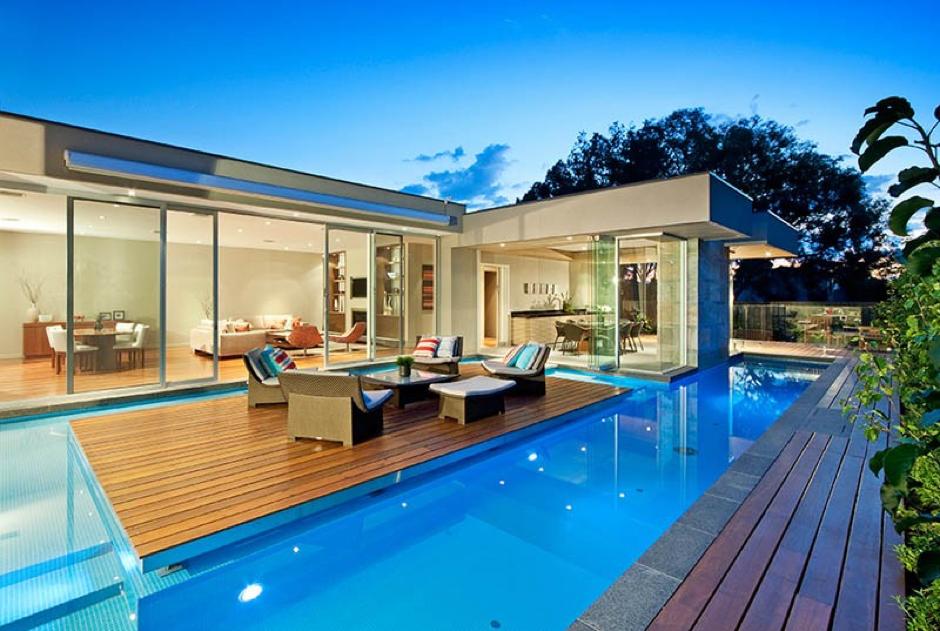 El salón de casa en medio de la piscina
