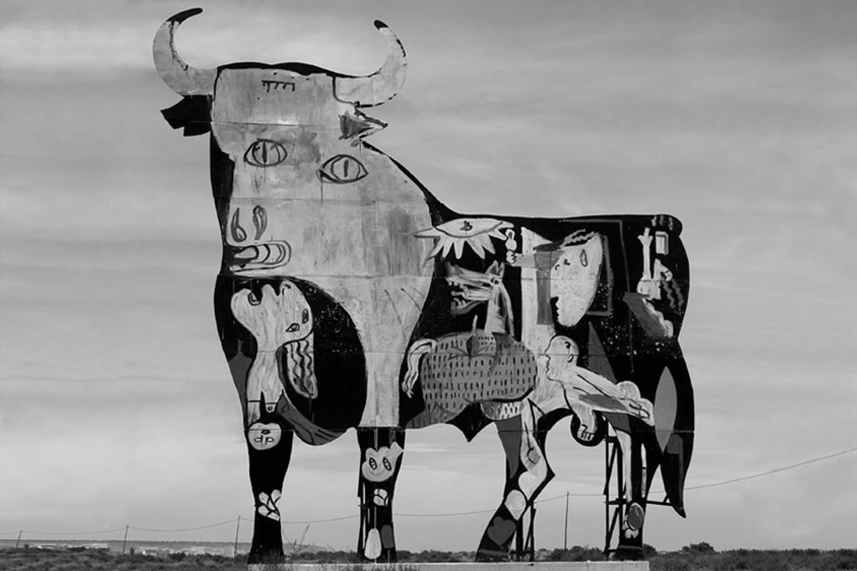 'El Guernica' pintado en un toro de Osborne, Santa Pola (Comunidad Valenciana) / SAM3