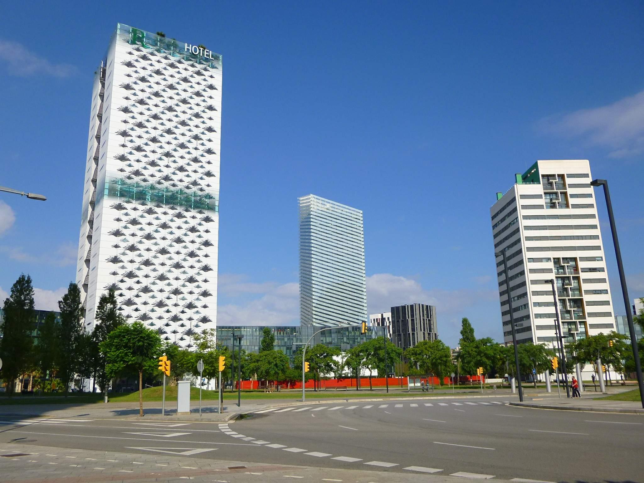 La Torre Puig, en el medio de los edificios / Wikimedia commons
