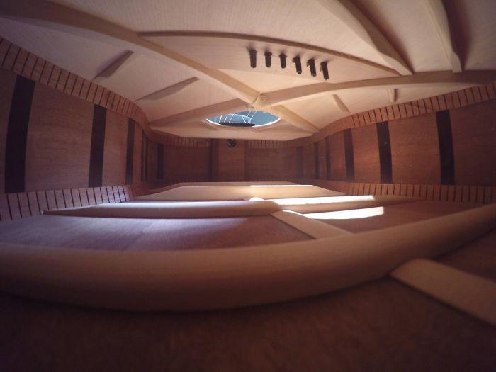 Un apartamento diáfano en el interior de una guitarra