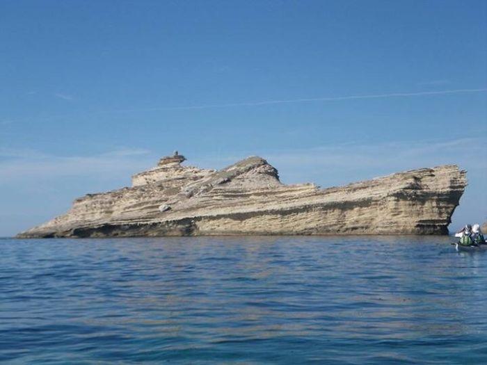 El buque con forma de roca (o era al revés)