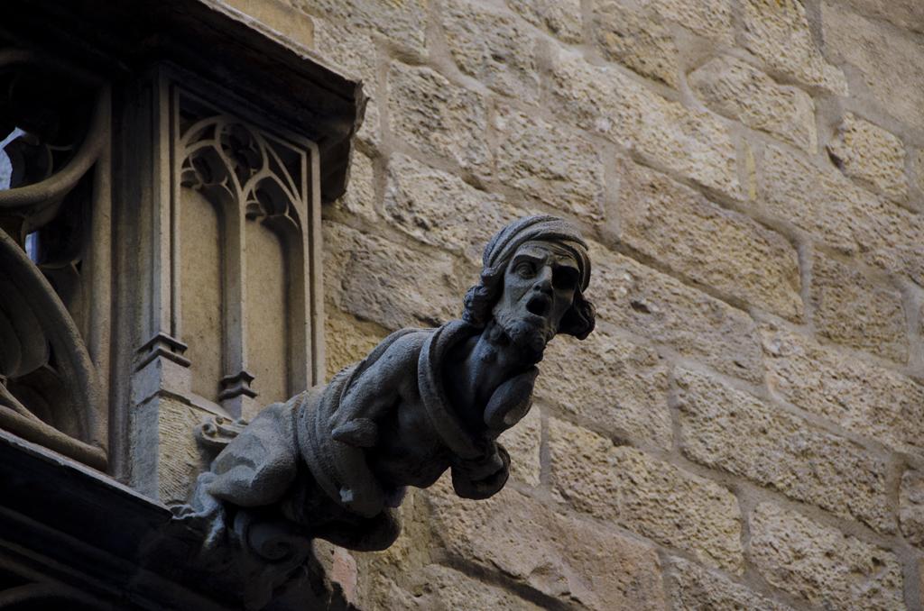 Gárgola del Palau de la Generalitat absorta con lo que vio que le hicieron al Barrio Gótico de Barcelona / Flickr/Creative commons