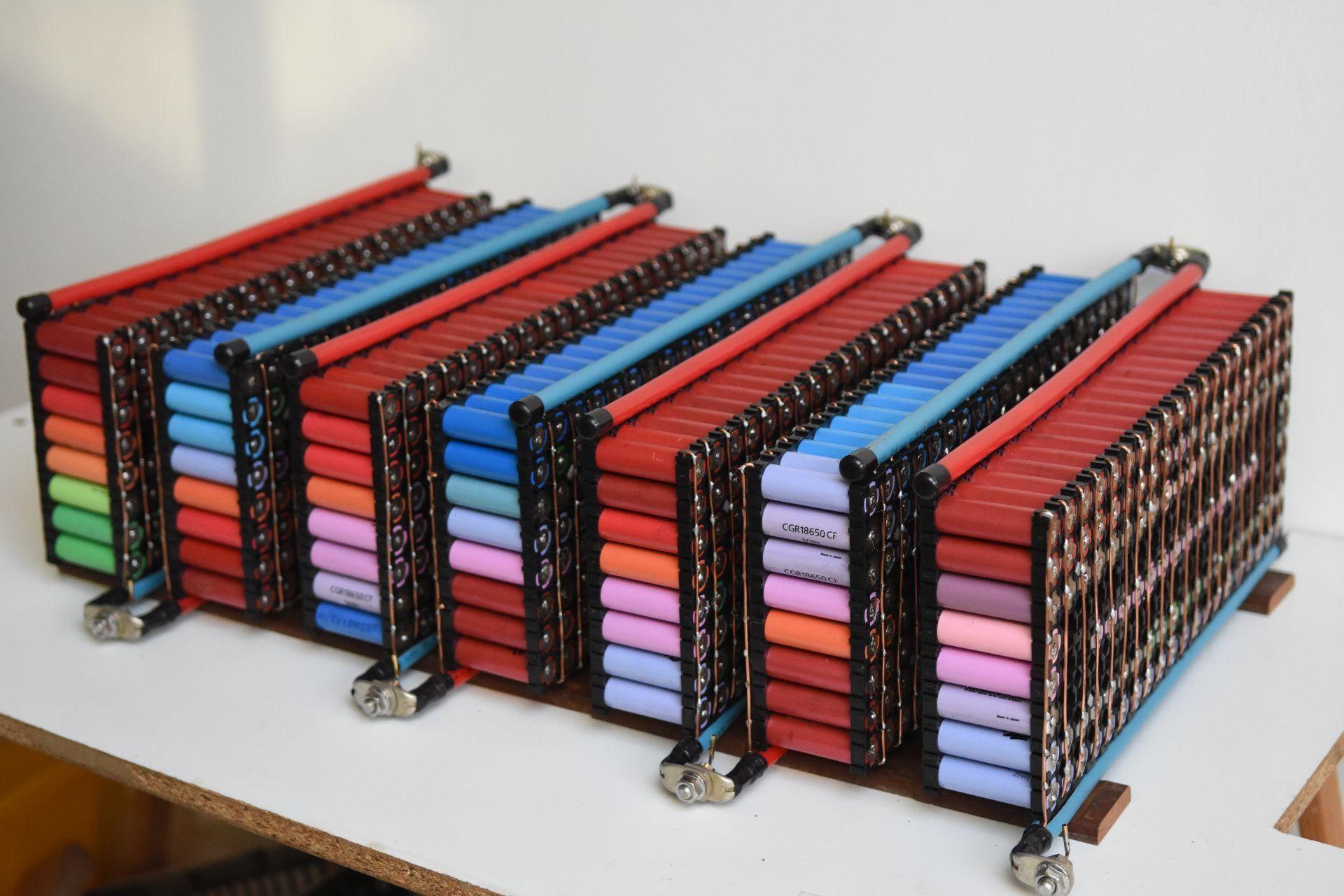 Este es el aspecto que tiene un Powerwall casero, fabricado con baterías 18650
