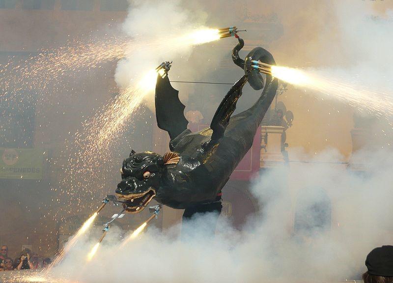 Drac de Villafranca de Panadés danzando durante un 'correfoc'