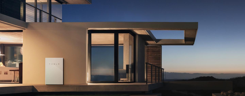 El Powerwall de Tesla adosado al muro de una casa / Foto: DIYPowerwalls.com
