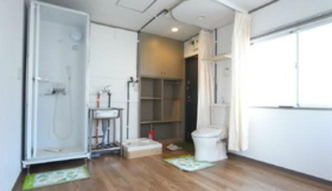 El inodoro está separado del resto del apartamento solo por una cortina