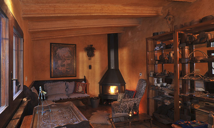 La casa está bajo bóvedas características de l'Empordà