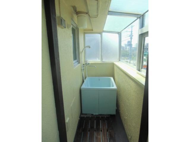 En este apartamento, la bañera está en el balcón