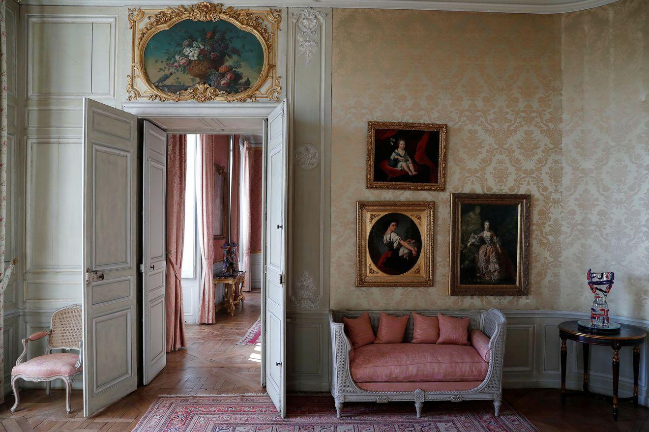 Los retratos de Madame de Pompadour pueblan la casa
