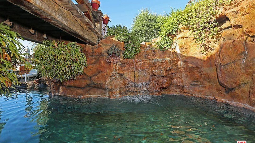 La piscina incluye un puente