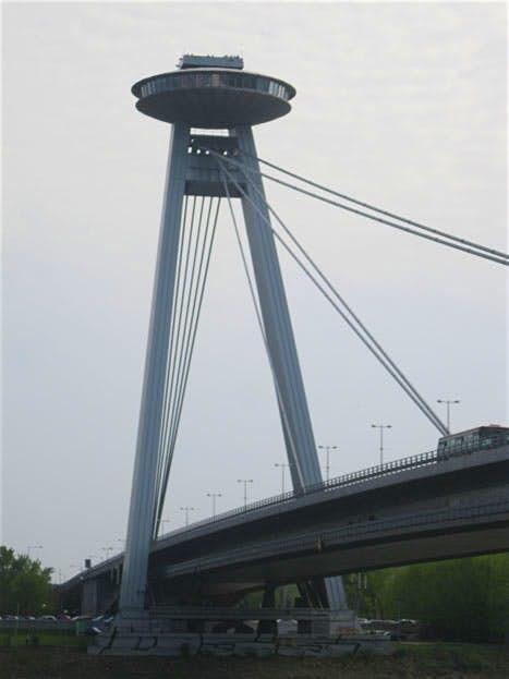 Restaurante con forma de platillo volante sobre una autopista, en Bratislava