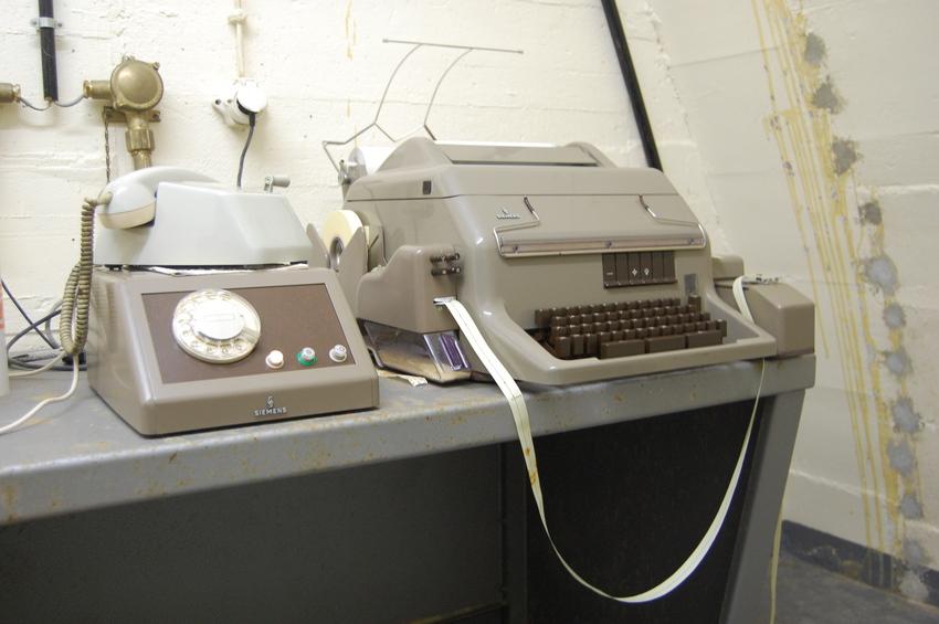 Teléfono y Fax para conectarse con el exterior