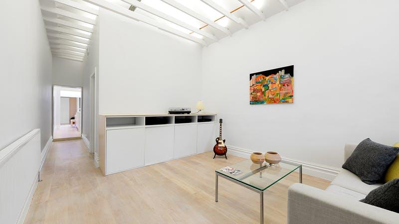 Un amplio salón con estilo