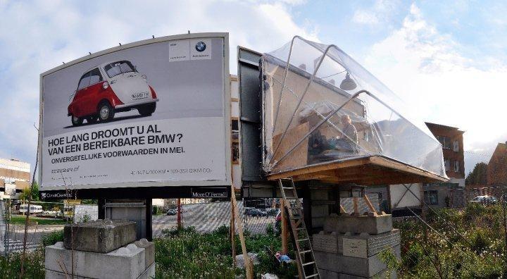 Un refugio colgado de un cartel en Bruselas