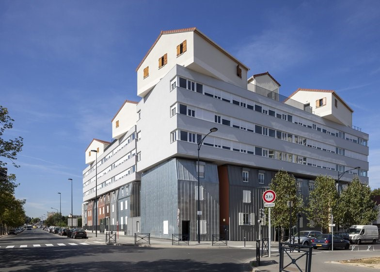 Un pueblo sobre edificios en Francia