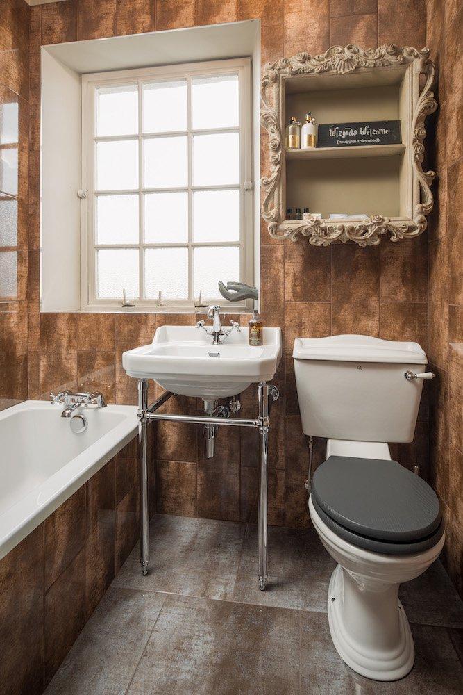 Un baño decorado con mimo