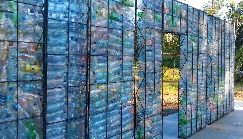 Un pueblo de botellas desechadas