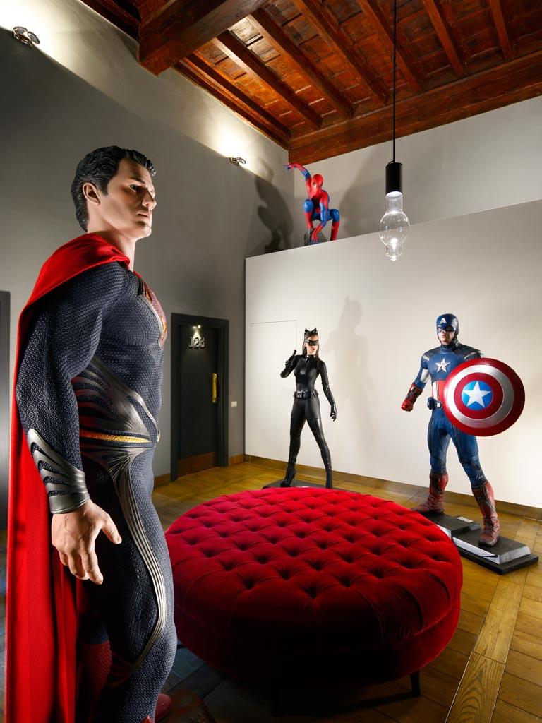 … y otro en el que ya se ven superhéroes