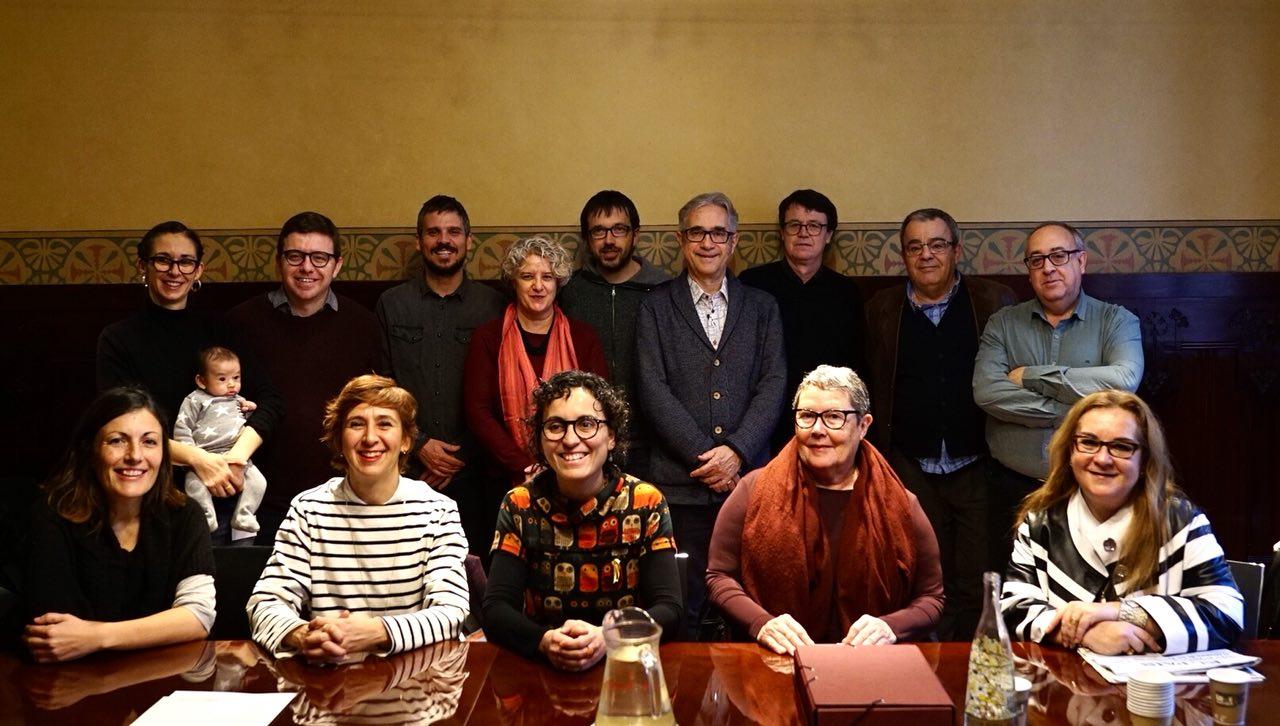 El regidor de Vivienda, Josep Mª Montaner, en el centro, con el comisionado de Economía Social y las cooperativas / Ajuntament de Barcelona