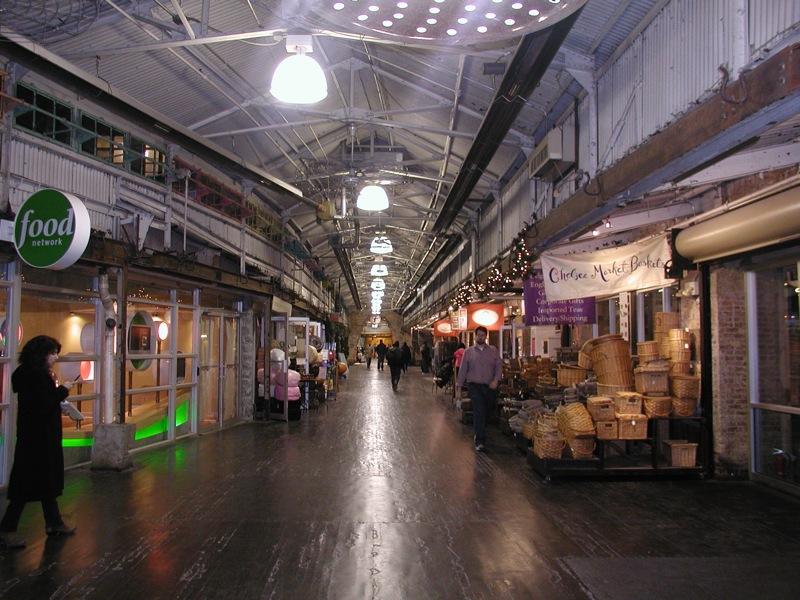 Chelsea Market acoge actualmente multitud de comercios y restaurantes en las plantas bajas. / Wikimedia commons