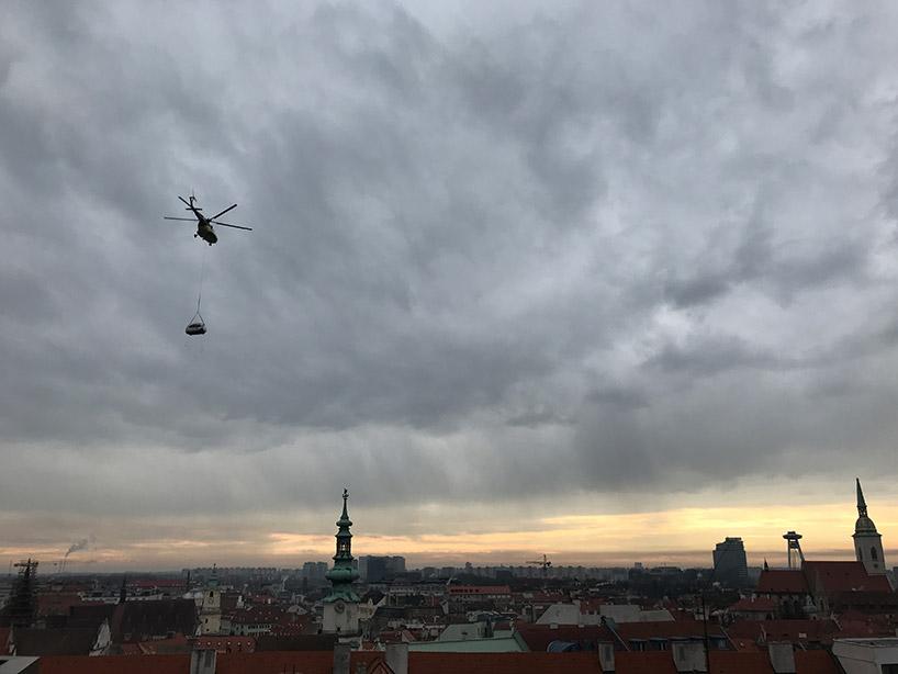 Un helicóptero transportando una Ecocapsule