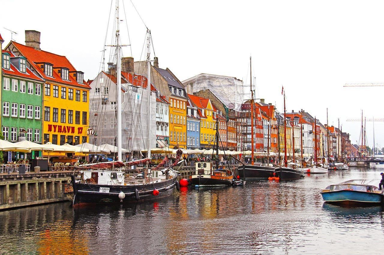 El puerto de las casas coloridas en Copenhague