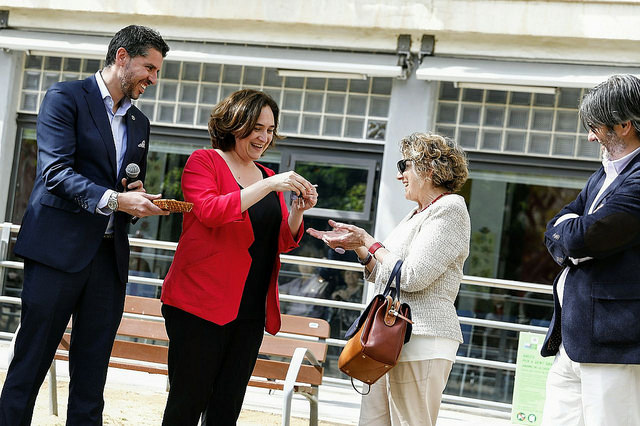 La alcaldesa Ada Colau entregó las llaves de los dos primeros pisos del programa IMPD / Ajuntament de Barcelona
